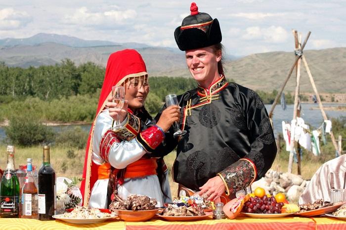 Тувинская национальная одежда невесты не стесняет движений даже во время верховой езды, сшита из ткани светлых тонов и богато декорирована.