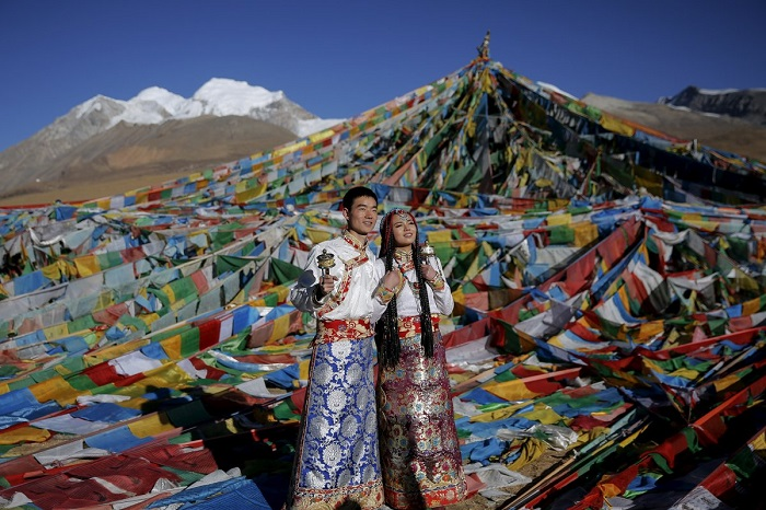Накануне тибетской свадьбы жених приносит невесте свадебное платье и украшения. В наряде может быть головной убор, серебряные монеты для украшения кос или амулет с небольшой металлической статуей Будды.