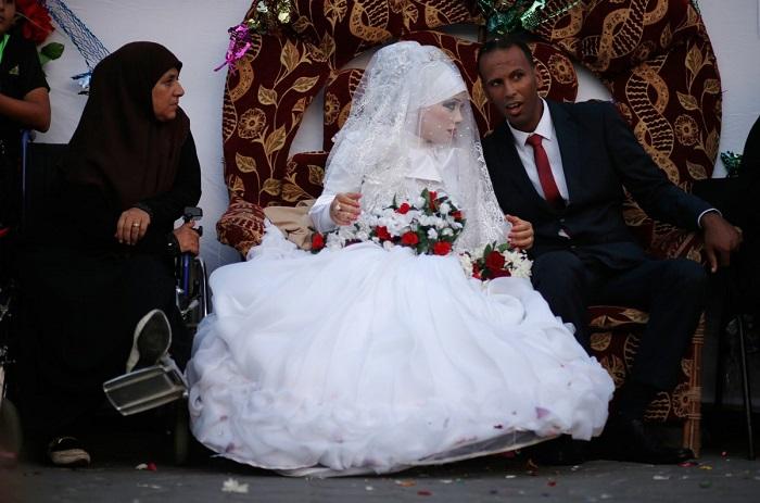 Для официальной церемонии палестинская невеста надевает пышное белое одеяние, но у неё обязательно должно быть платье, которое вручную вышила мать новобрачной специально для свадьбы.
