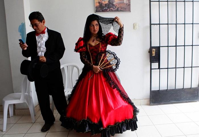 Перуанскую невесту наряжают в красно-чёрные платья с многослойными хлопковыми юбками и декорированным подолом.