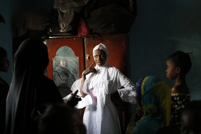 В Мали одеяние невесты кафтан совпадает по цвету с дашики, костюмом жениха. Молодые чаще всего выбирает белый цвет, но иногда встречаются наряды лавандового или фиолетового оттенка.