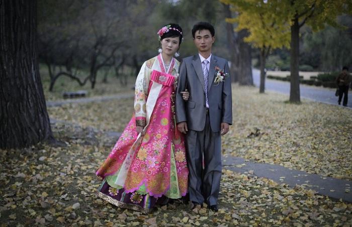 Корейские невесты носят традиционный костюм ханбок. Он состоит из блузы с длинными рукавами и юбки с завышенной талией из хлопка или шёлка.