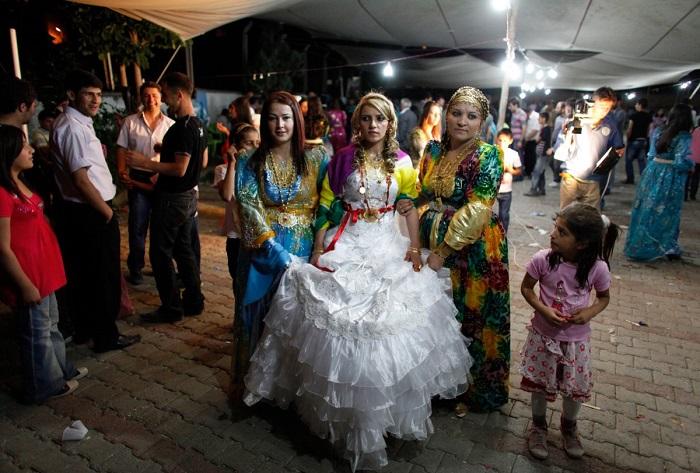 При выходе из родительского дома на свадебную церемонию, турецкой невесте отец, брат или дядя повязывают красную ленту вокруг талии, которая символизирует невинность, приносит удачу и счастье.
