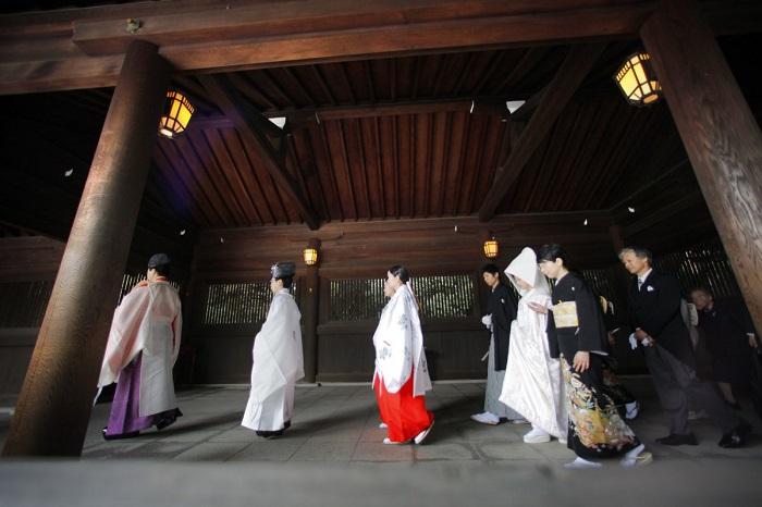 Японские невесты наряжаются в белоснежное кимоно и надевают специальный шёлковый головной убор tsunokakushi.