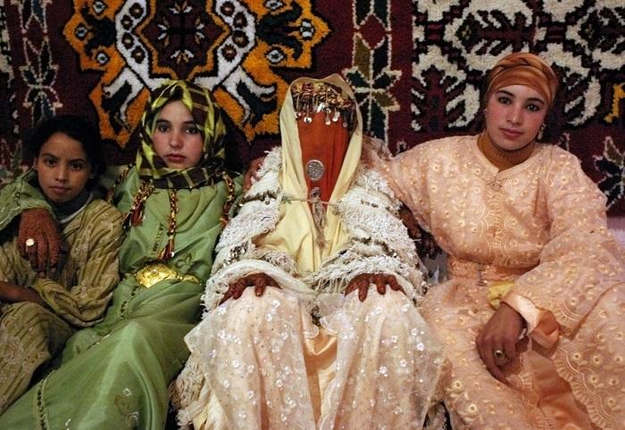 Невеста из Марокко трижды меняет наряд на свадьбе. На приёме появляется в белом кафтане или платье. Её одежда отражает признаки региона, из которого она родом.