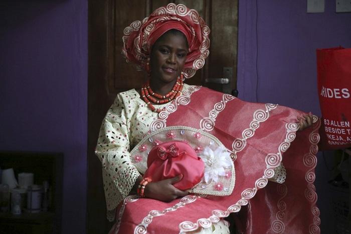 Невеста выделяется яркими кружевными блузками и узорчатыми кафтанами, которые часто шьют из индийских тканей. Коралловые бусы и головной убор довершают образ.