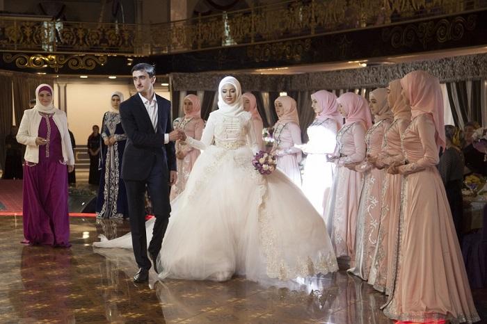Платье должно скрывать все тело, подчеркивая скромность новобрачной. Голову покрывают белым платком.
