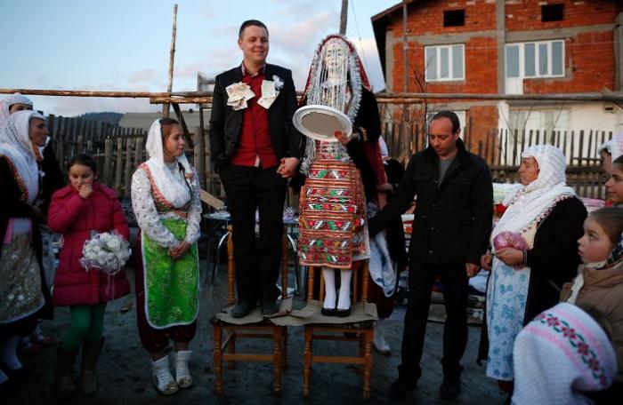 На свадьбе в Болгарии, ближайшие родственницы невесты окрашивают ей лицо в белый цвет и украшают стразами, а потом прикрывают его серебристыми нитями.