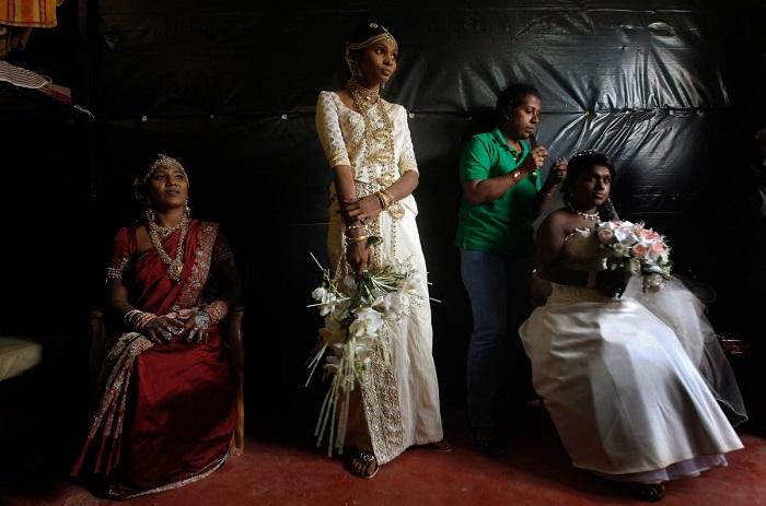 В Шри-Ланке наряд невесты сочетает восточные и западные традиции. На молодую надевают богато расшитые шёлковые сари и фату по европейской моде.