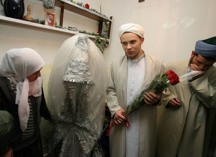 Традиционно невесты в Таджикистане носят белые платья поверх брюк.