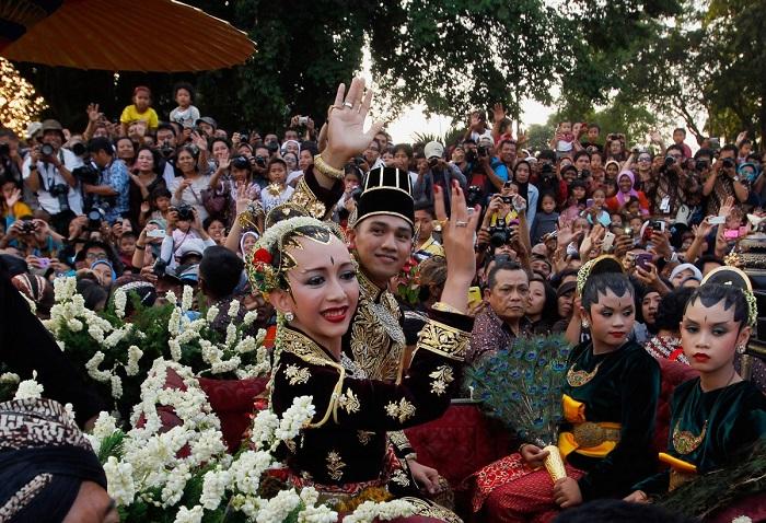 Чаще всего невесты одеваются в платья ярких цветов с тяжёлой вышивкой.