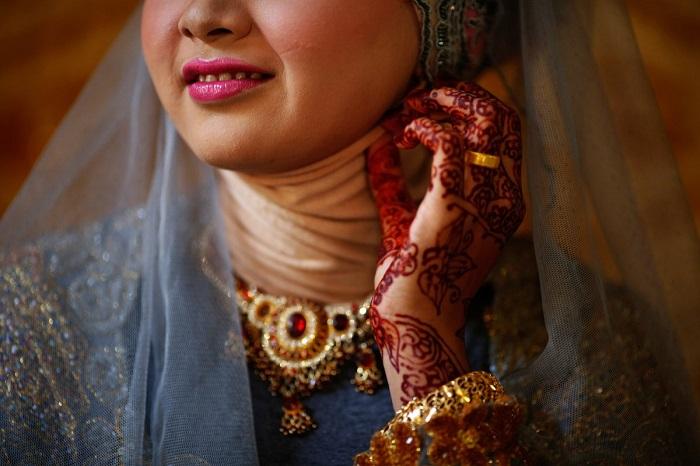 Индонезия состоит из около 8000 населённых островов и на каждом из них своя мода на подвенечные наряды, на раскрашивание хной ногти, руки и ноги.