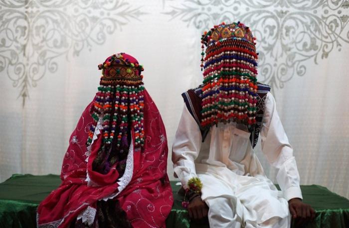 Пакистанские невесты для церемонии выбирают наряды глубокого красного, розового и фиолетового цвета.