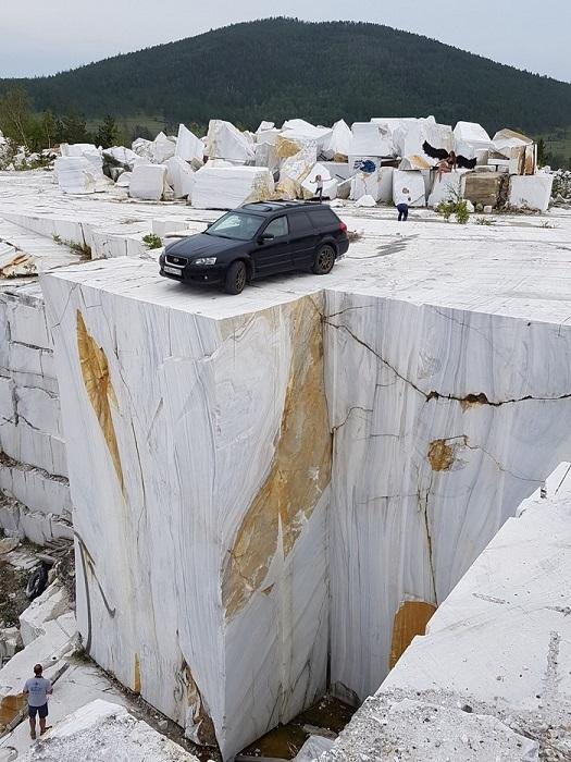 Огромные развалины редкого белого мрамора в Иркутской области.