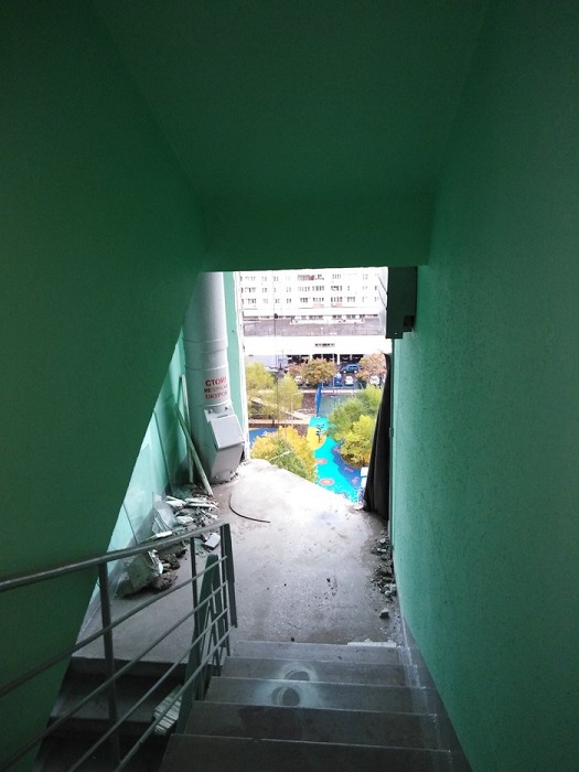 Вот так производится замена старого окна в подъезде многоэтажного дома.