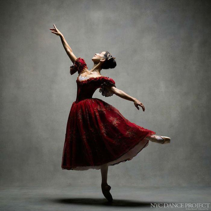 Танцовщица с легкостью порхает в воздухе и выделывает сложные па.