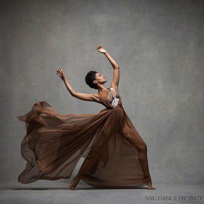 Танец темнокожей балерины.