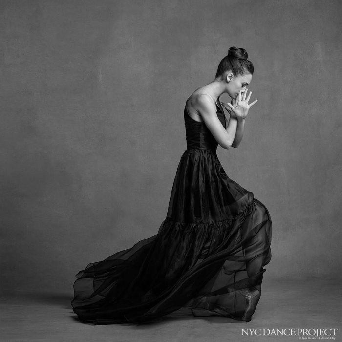 Балерина, застывшая в грациозной позе.