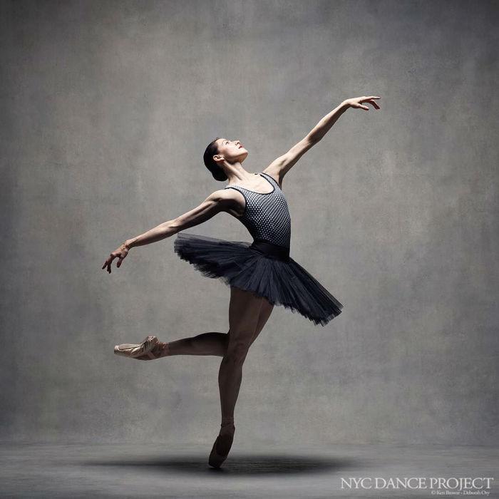 В черной балетной пачке.