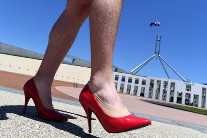 В Австралии мужчины приняли участие в параде «Пройди милю в её обуви» и прошлись по улицам города.