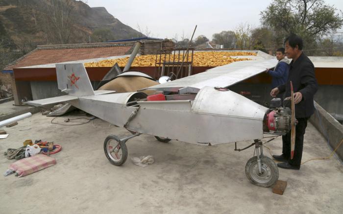 50-летний фермер Chen Lianxue из Китая рядом со своим самолетом. Собрал он его сам, своими руками.
