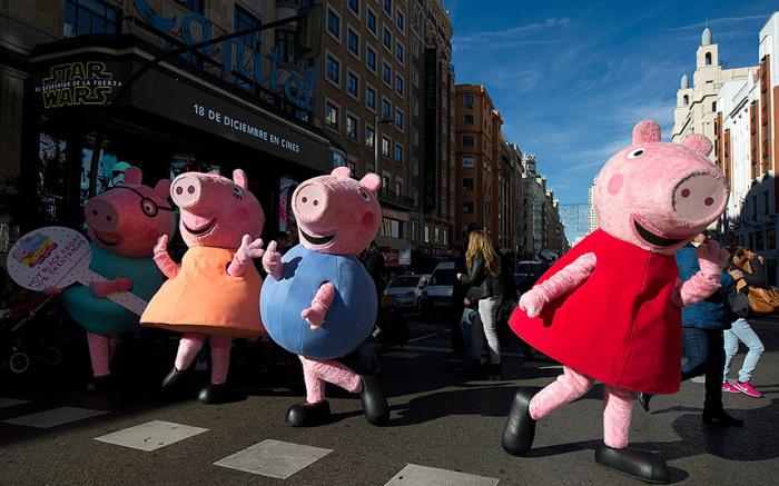 Во всей Европе «Черная пятница» –  любимый день в году. В Испании такие свинки Пеппы приглашали людей в магазины.