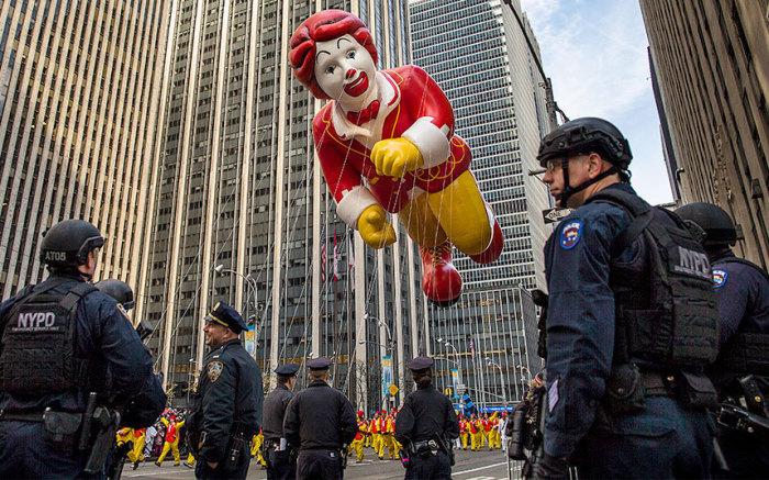 Гигантский Рональд МакДональд летал над Манхэттеном во время парада в честь праздника.