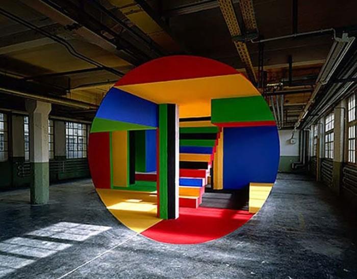 Картины, созданные талантливым французским художником Жоржем Руссо в заброшенных зданиях, в первоначальной задумке автора можно увидеть только с определенной точки.