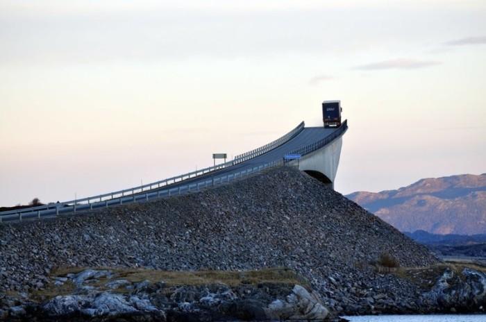 Необычно построенный Сторсезандетский мост, который является одной из достопримечательностей Норвегии, местные жители прозвали «пьяным» из-за невероятных изгибов, напоминающих американские горки.