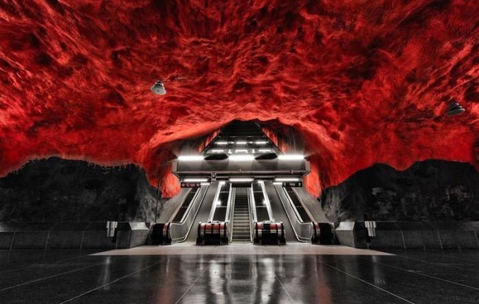 Станция, которая больше напоминает портал в преисподнюю, построена в скальной породе на глубине 27-36 метров под землей, стены окрашены в черные, красные и зеленые цвета.
