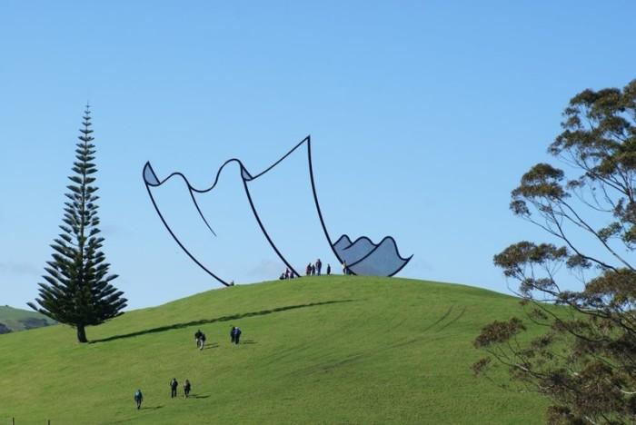 Масштабный монумент из стали новозеландского скульптора Нила Доусона расположен на вершине холма и издалека выглядит нарисованным, превосходно смотрится на фоне голубого неба.