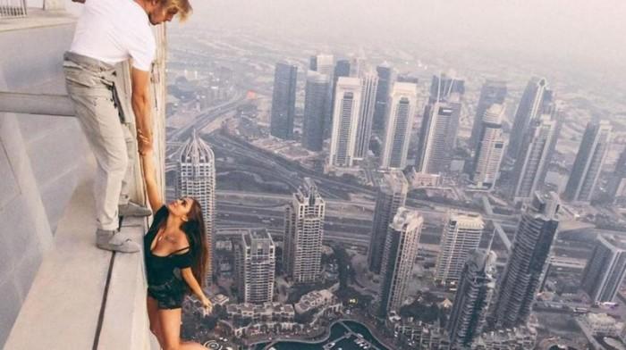 Экстремальная российская модель Вика Одинцова без страховки позировала для снимка на вершине Кайан Тауэр (Cayan Tower) – самом высоком перекрученном небоскребе в мире.