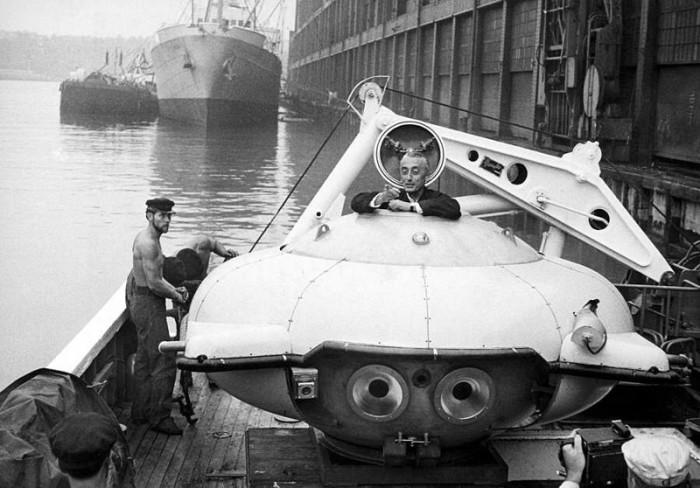 Жак-Ив Кусто на борту своего батискафа Калипсо пришвартованного в гавани Нью-Йорка, 1959 год.