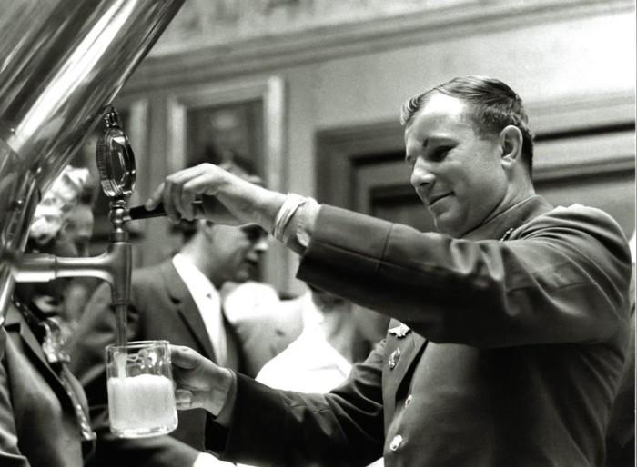 Гагарин наливает себе бокал пива Carlsberg в баре «Спутник».