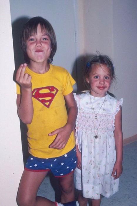 Анджелина Джоли в детстве со своим братом Джеймсом Хейвеном.