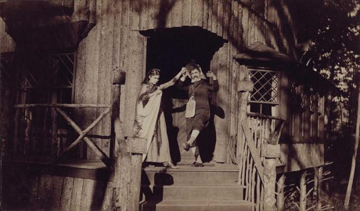 Марк Твен вместе со своей дочерью Сьюзи изображают героев античного мифа - Геро и Леандра.