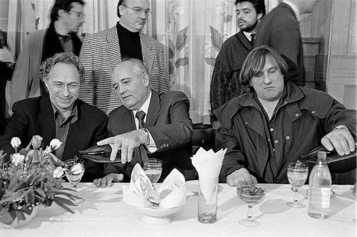 Михаил Горбачев в окружении Пьера Ришара и будущего россиянина Жерара Депардье.