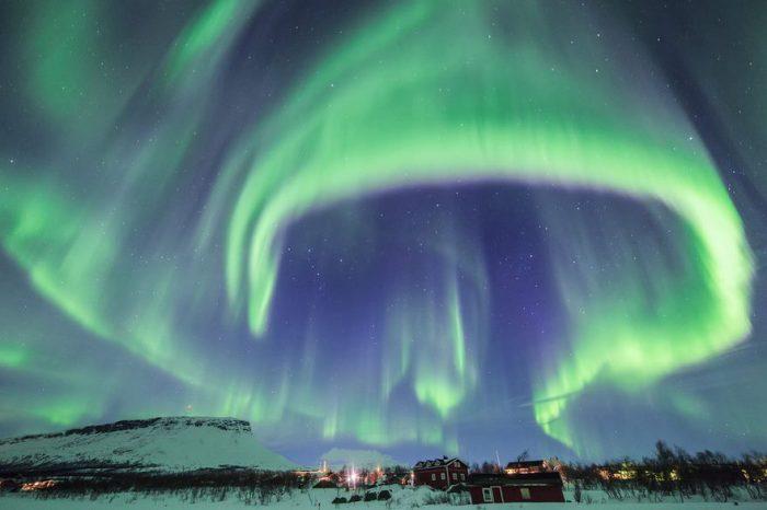 Цветные всполохи ночного неба раскрыли свои крылья над небольшой деревней.