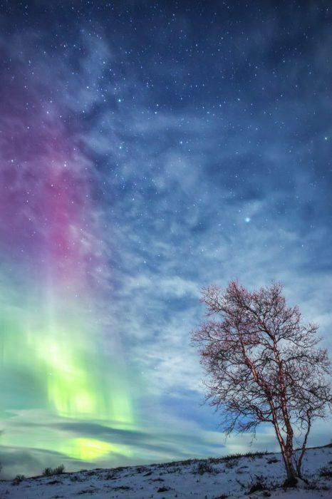Игра света и облаков в вихре танца над белоснежной пустыней.