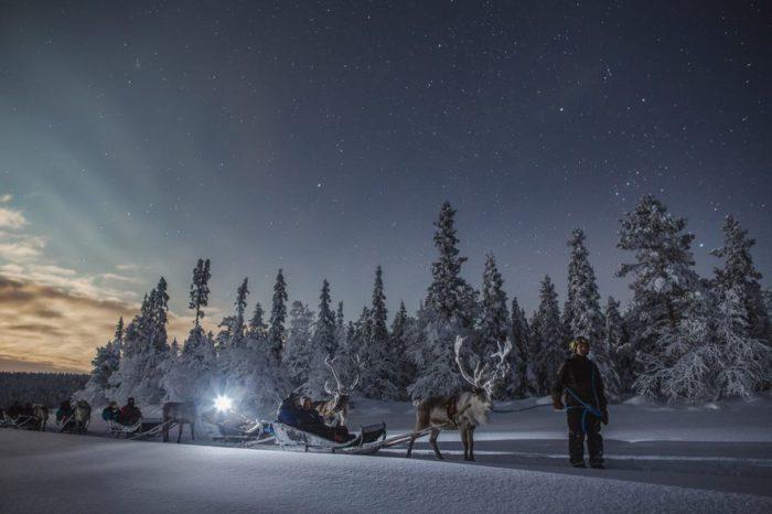 Сани запряженные оленями - это обычное средство передвижения по бескрайней Лапландии.