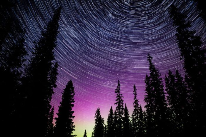 Звезды как будто горят в ночном небе, оставляя за собой следы, но на самом деле они изображают движение Земли вокруг своей оси.