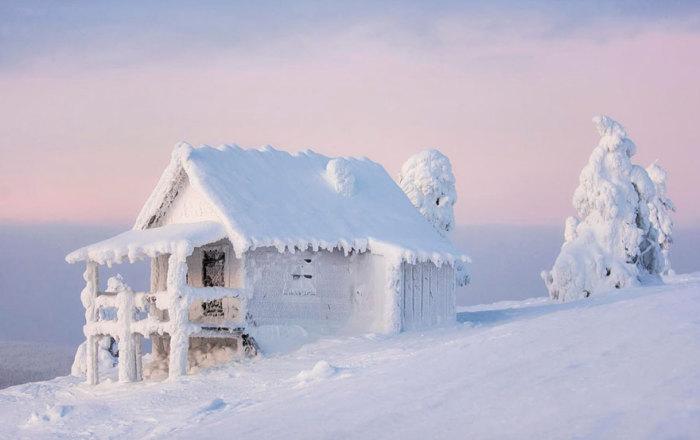 Одиноко стоящий дом на склоне холма в ожидании чуда.