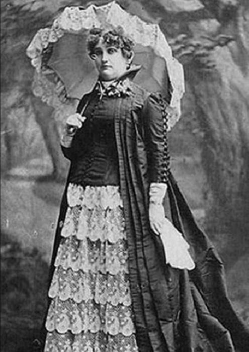 К 19-летнему возрасту Марту Гото уже называли мадам Шелкс , и она владела собственным публичным домом в Денвере, где для посетителей играл самый настоящий симфонический оркестр.