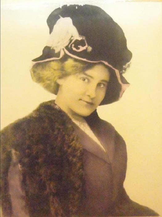 Эта куртизанка, более известная под псевдонимом Молли Би-Дэм, стала знаменитостью Мюррея благодаря своей доброте – во время эпидемии оспы в 1886 году она обустроила полевой госпиталь, куда привозили заболевших.