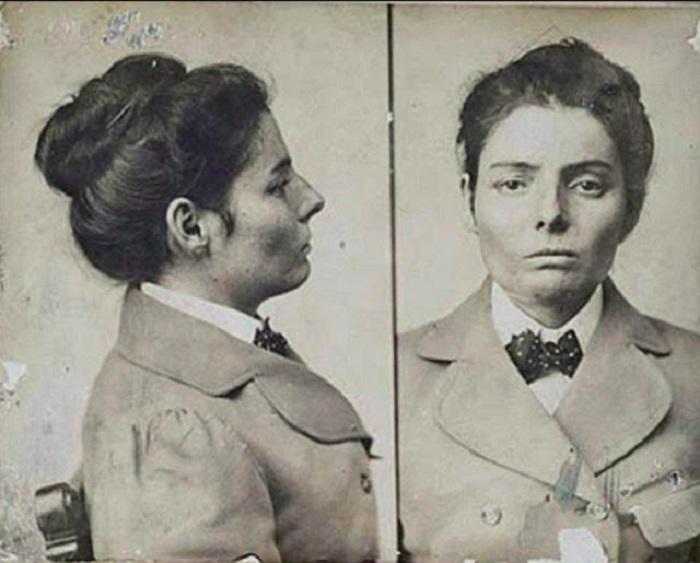 Работая в борделе, юная Лаура познакомилась с Биллом Карвером, который состоял в банде известного американского грабителя Бутча Кэссиди, и стала преступницей, получившей прозвище «Дикая роза» за свое бесстрашие и красоту.