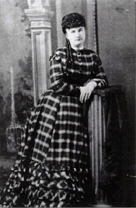 Куртизанка, которая была подругой и женой Уайетта Берри - американского стража закона и картежника времен освоения Дикого Запада.