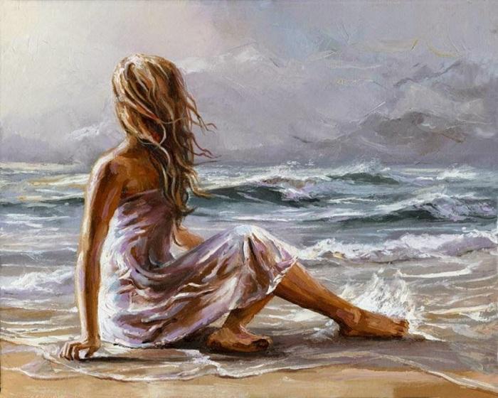 Красивая девушка сидит на берегу волнующегося моря.