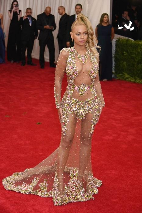 Американская певица в прозрачном платье от Givenchy Couture.