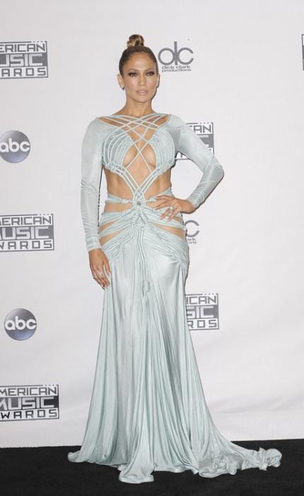 Наряд от молодого ливанского дизайнера Charbel Zoe продемонстрировал, что звезда находится в прекрасной форме.