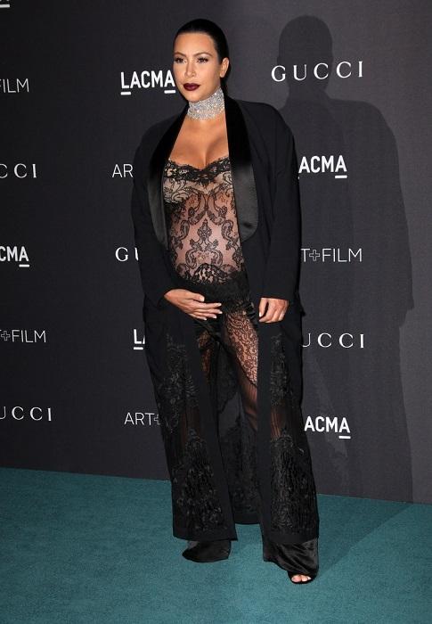 35-летняя беременная Ким Кардашьян в очередной раз удивила публику чересчур откровенным нарядом от Givenchy.